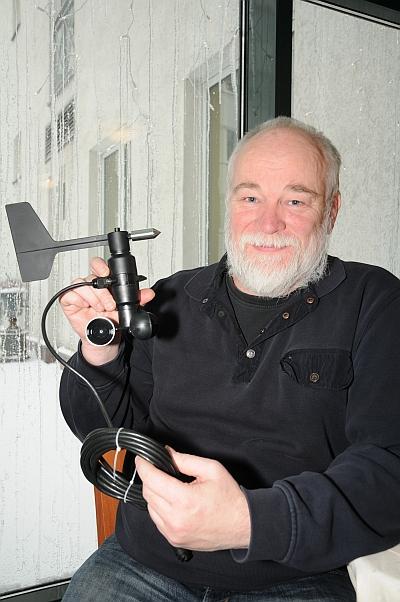 Uwe Hallenga mit Windsensoren
