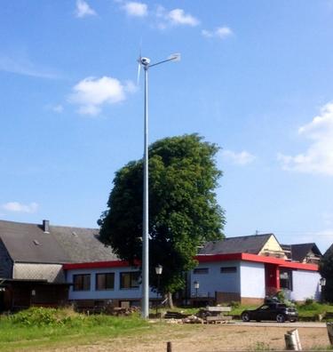 Windgenerator neben Akademie