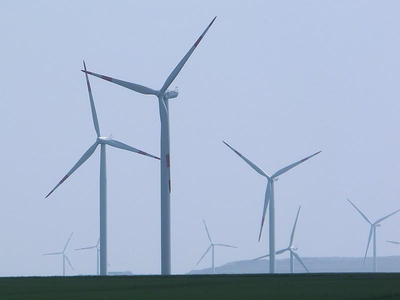 Windpark mit großen Windkraftanlagen
