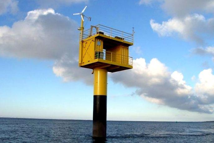 Kleine Windanlage im Meer - Boje - Aerocraft