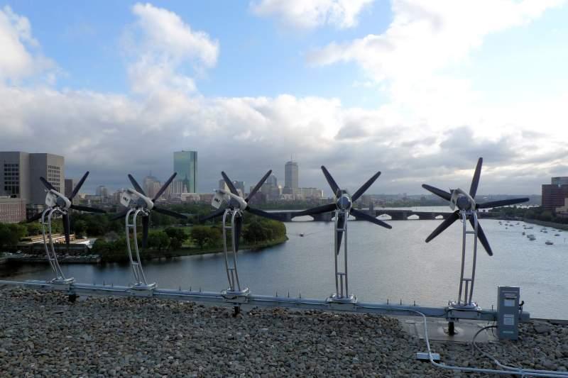 Kleine Windanlagen auf Hochhaus