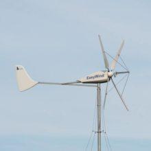 Windkraftanlage und Batterie