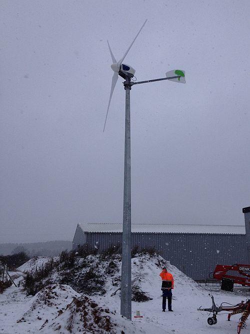Kleinwindanlage im Schnee